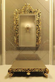 Royal mirror with gold frame in luxury interior — Stock Photo