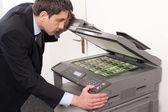 Podnikatel dělat falešné peníze na kopírce