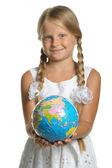 Ta dívka drží Globus od puzzle v rukou. selecti
