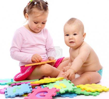 小男孩和女孩在玩字母表