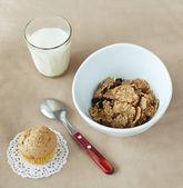 Kukuřičné lupínky, muffin a mléko