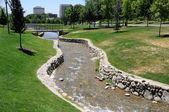 Umělý potok protéká městský park