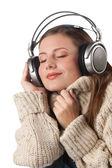 Portrét šťastné ženy užívat hudbu se sluchátky