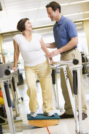 物理治疗师在康复中的病人图片素材(图片编号