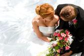 Svatební pár objímat,