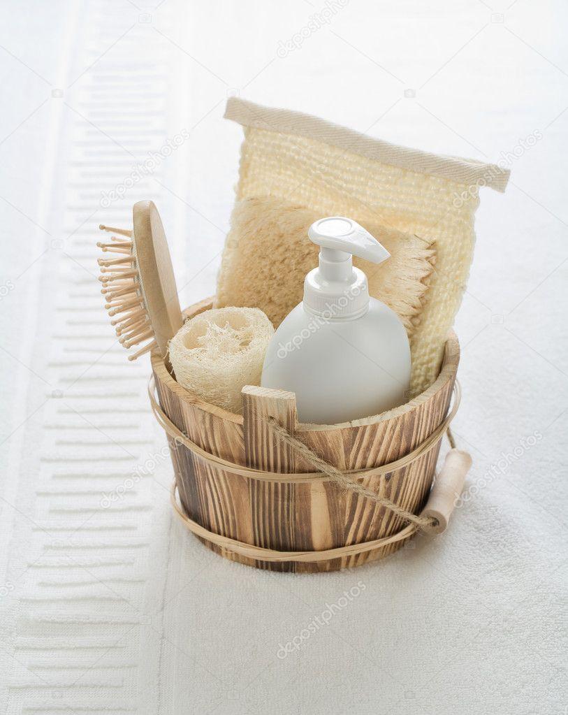 secchio in legno con oggetti per il bagno — Foto Stock © mihalec ...