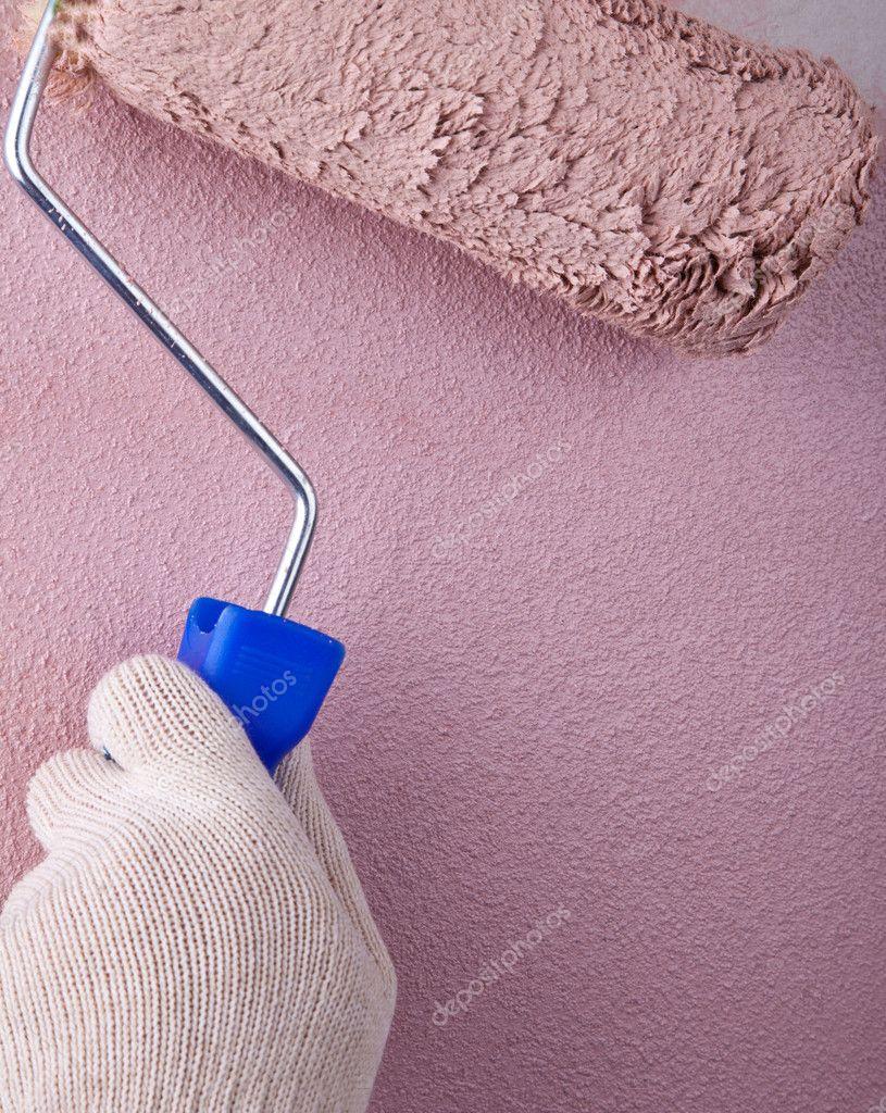 peintre en b timent l 39 aide d 39 un rouleau peinture peinture d 39 un mur en mouvement. Black Bedroom Furniture Sets. Home Design Ideas