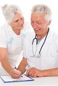 dva usmívající se lékaři