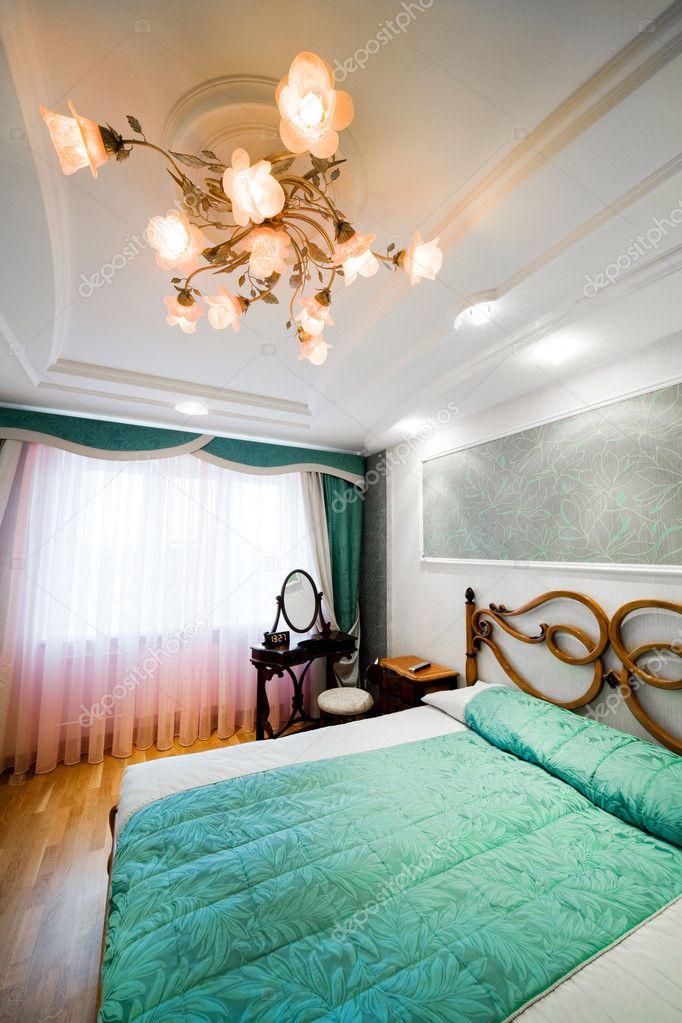 slaapkamer met de kroonluchter — Stockfoto © igterex #5174455