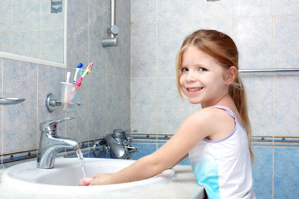 kleines mädchen waschen mit seife im badezimmer — Stockfoto ...