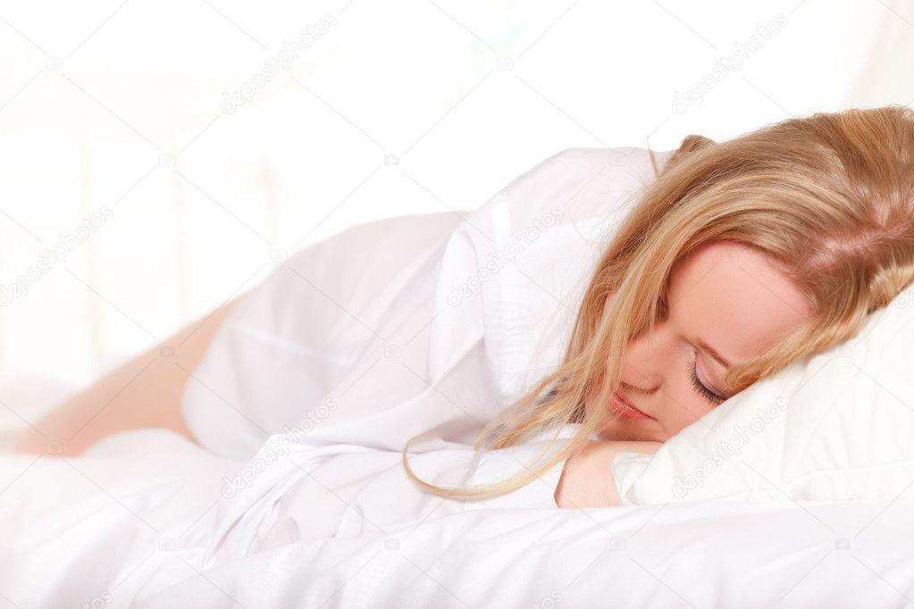 Фотографии спящих девушек в постели фото 691-715