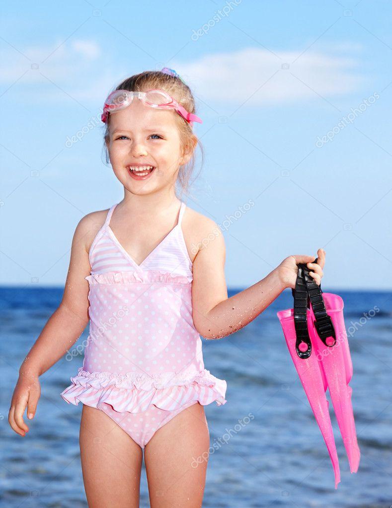 crian a brincando na praia fotografias de stock