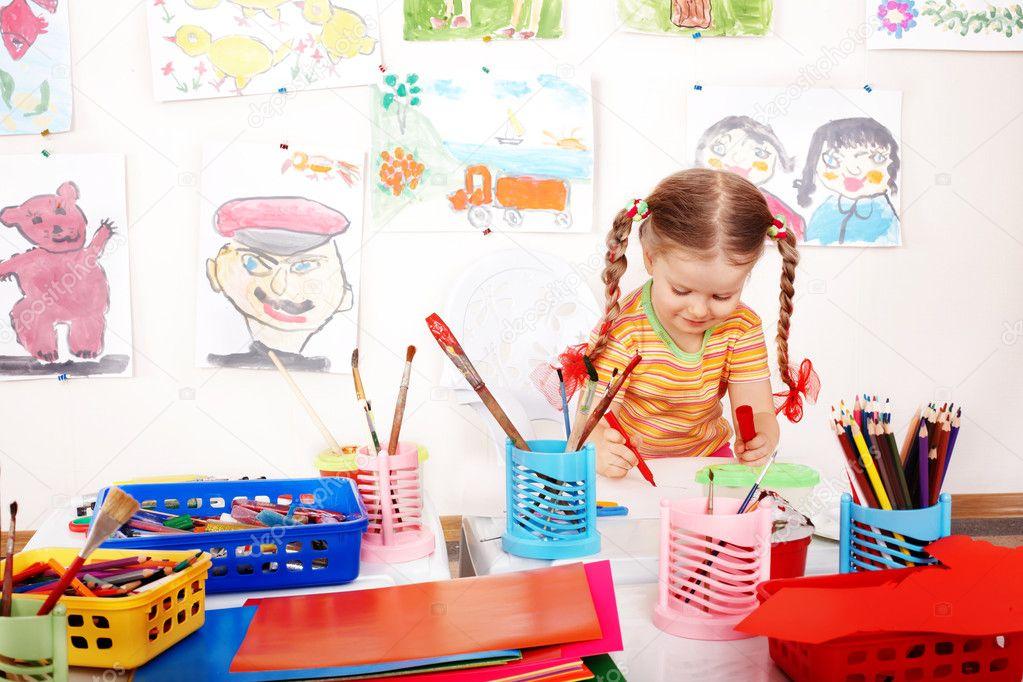 niño con lápiz de color en la sala de juegos — Foto de stock ...