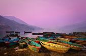 Krásný soumrak krajina s čluny na phewa jezeře, pokhara