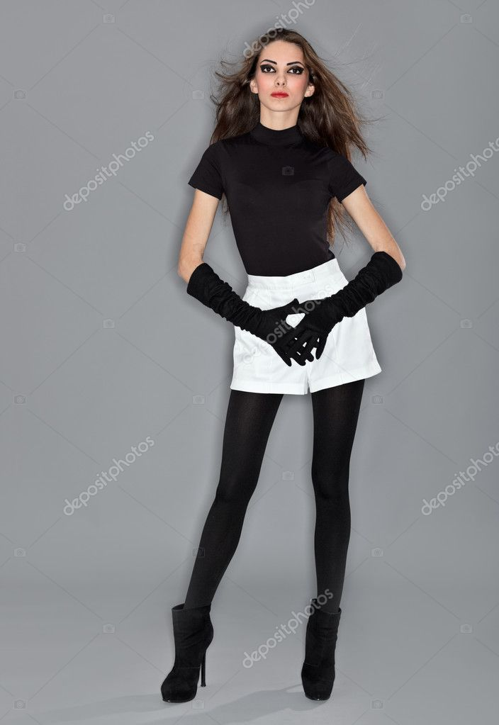 Девушка в красном платье и чулках работает ножками — pic 5