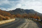 viaggiatore solitario sulla strada di montagna a crimea naturale riserva