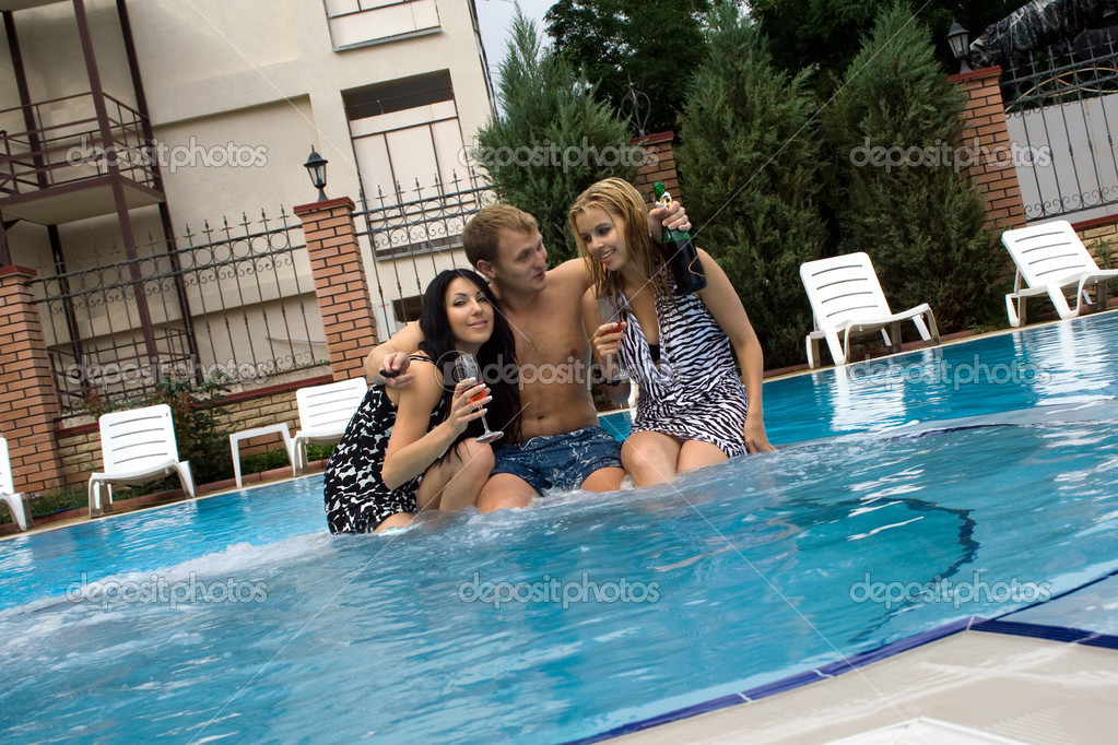 Три девушки и парень у бассейна, водитель трахает женщину полицейского