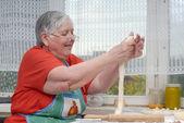 Fényképek idős asszony dagasztása tészta