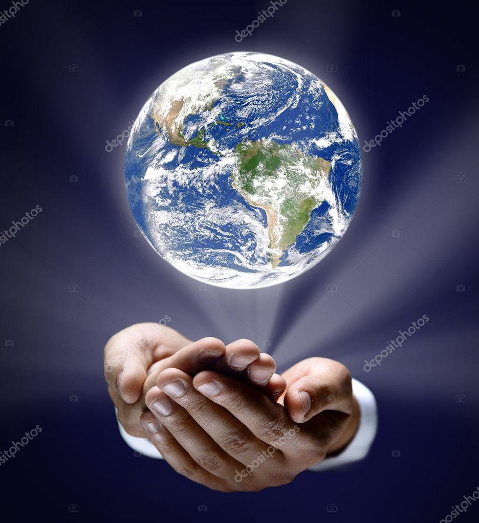 homme tenant un globe terrestre lumineux dans ses mains photographie depositedhar 5281642. Black Bedroom Furniture Sets. Home Design Ideas