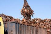 jeřáb Hmatat načítání náklaďák s kovového odpadu