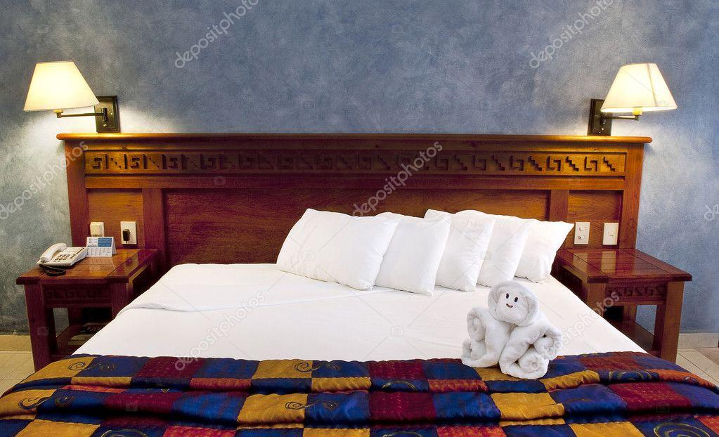 Cama king size en resort fotos de stock mishella 5355155 for Cama quinsay