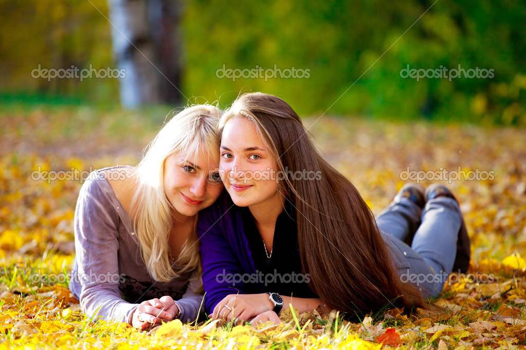 две девушки на природе фото
