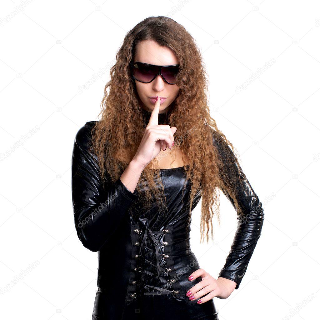 mulher sexy em silêncio gestos látex skintight