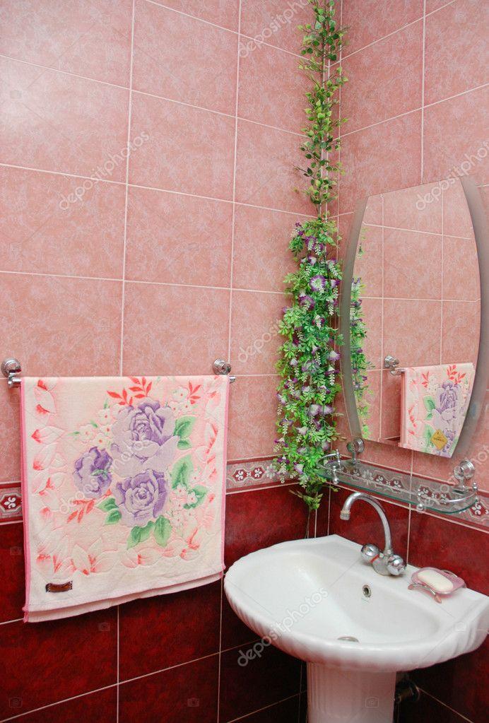 waschbecken sie im badezimmer mit rosa fliesen — stockfoto, Hause ideen