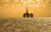 Fotografie bohrinsel in baku, aserbaidschan im kaspischen meer bei sonnenuntergang