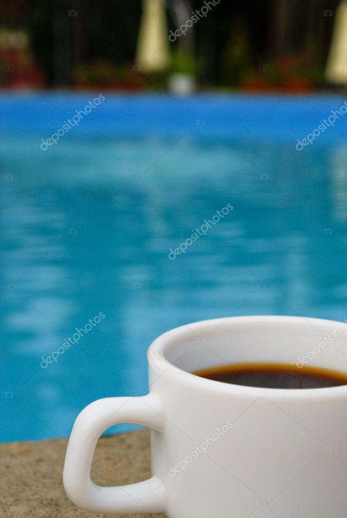 Blanc tasse de caf au bord de la piscine photo 5075068 for Au bord de la piscine