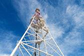 Fotografia torretta di telecomunicazione con antenne contro il cielo blu