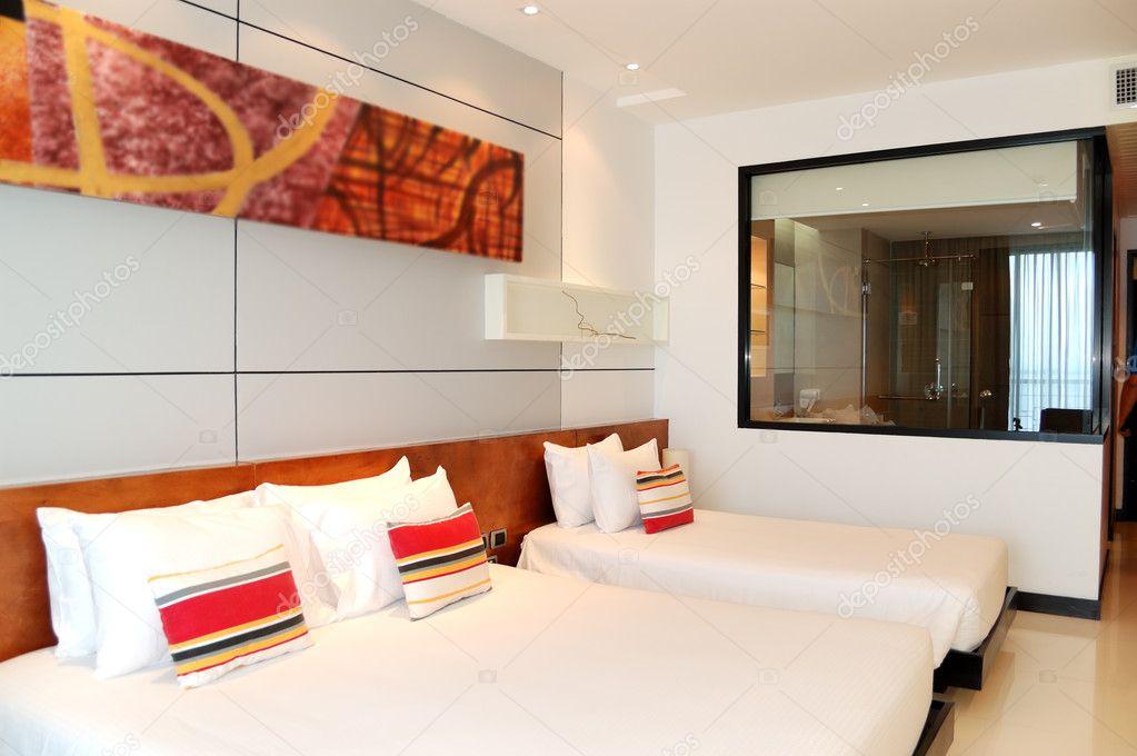 Innenraum mit Badezimmer-Fenster auf das moderne Luxushotel ...