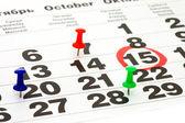 Fényképek naptár és rajzszeg zár-megjelöl szemcsésedik, háttér