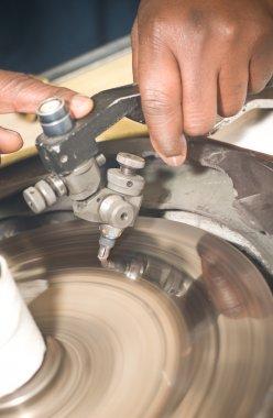 Diamond cutter: facetting of gem