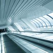 perspektivikus nézet mozgó mozgólépcsőn a metróállomás