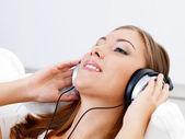 ascoltare musica donna in cuffia