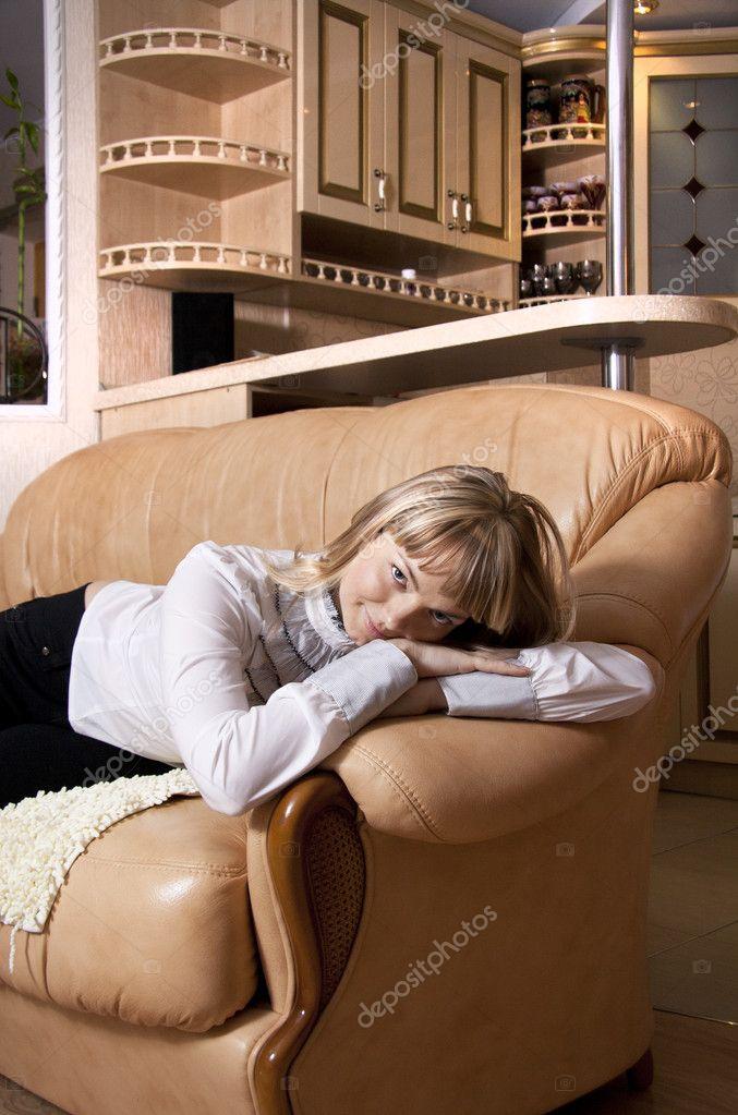 Молодую тетушку на диване 3