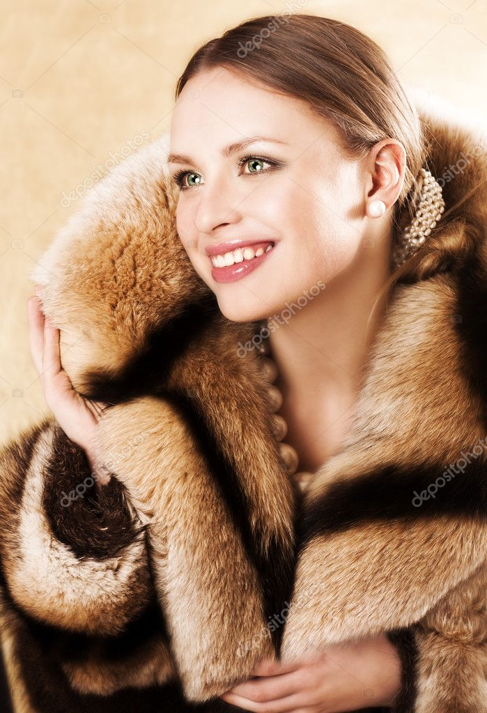hermosa de con visón vestida abrigo mujer piel un de vrT1vwq