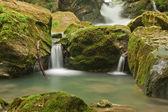 cascata nel verde della natura
