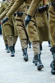 Soldaten der Streitkräfte marschieren