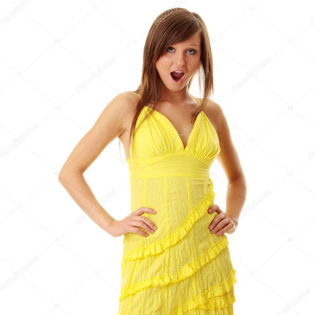 Belle en robe jaune