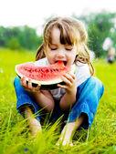 Mädchen isst Wassermelone
