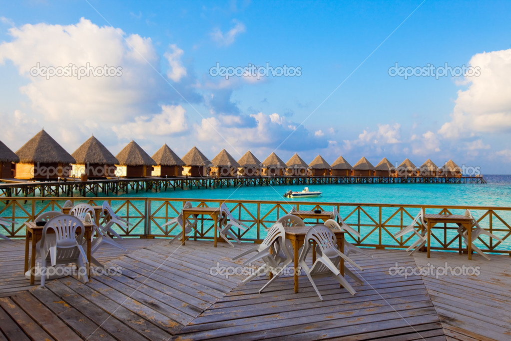 leere terrasse restaurant und land haus auf dem wasser am ozean malediven stockfoto 4015551. Black Bedroom Furniture Sets. Home Design Ideas