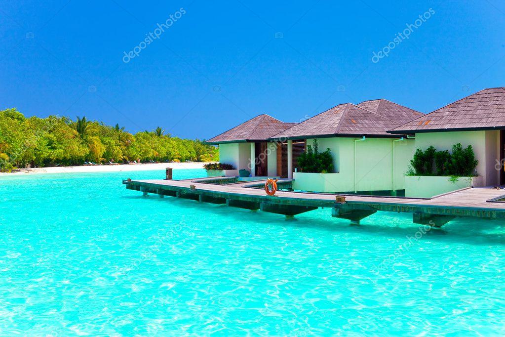 Maldive villa su palafitte sull 39 acqua foto stock for Moderni piani di palafitte