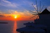 szélmalom a naplemente oia, santorini-sziget, Görögország