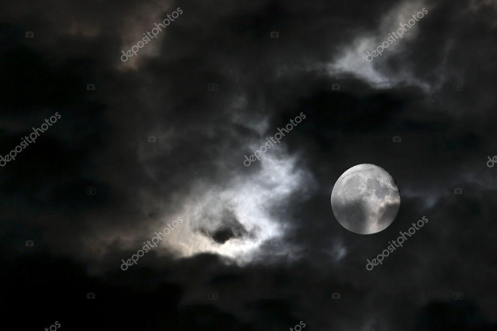 Vortex d'étranges nuages blancs et la pleine lune