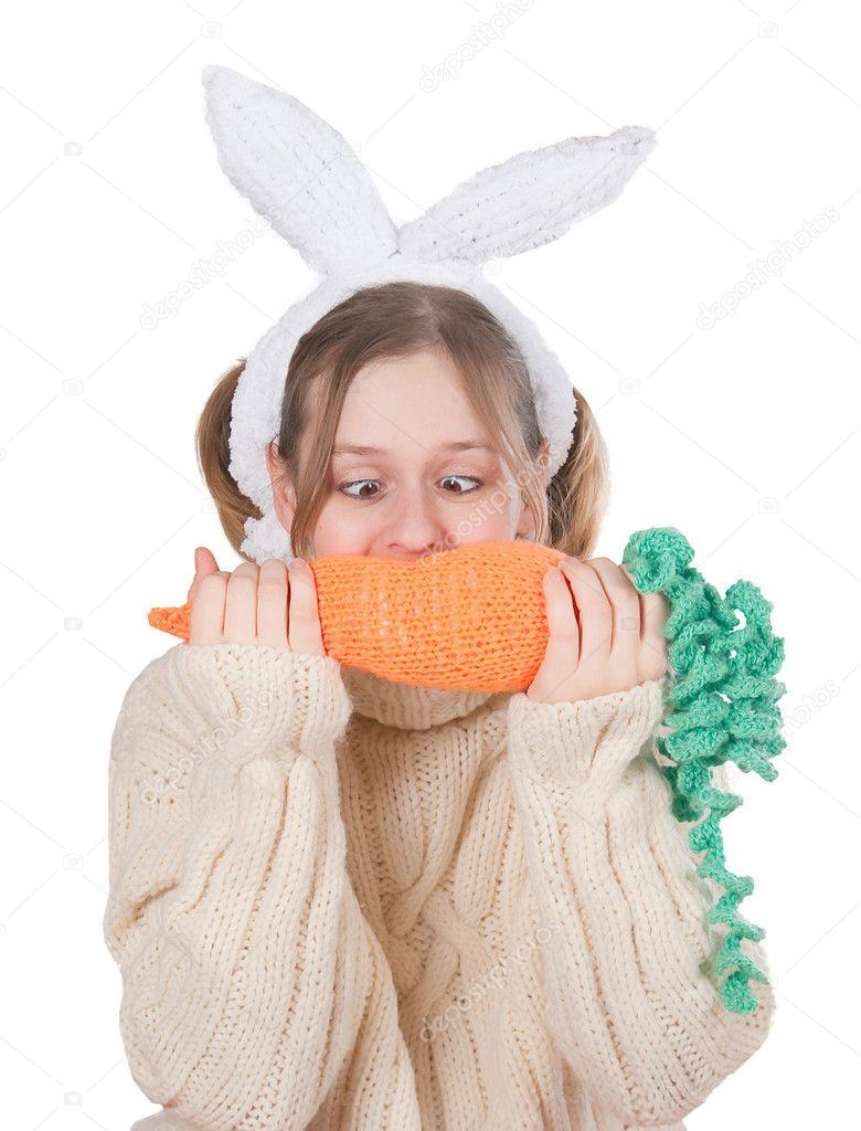 длинноволосая девушка играется с морковкой конечно первый