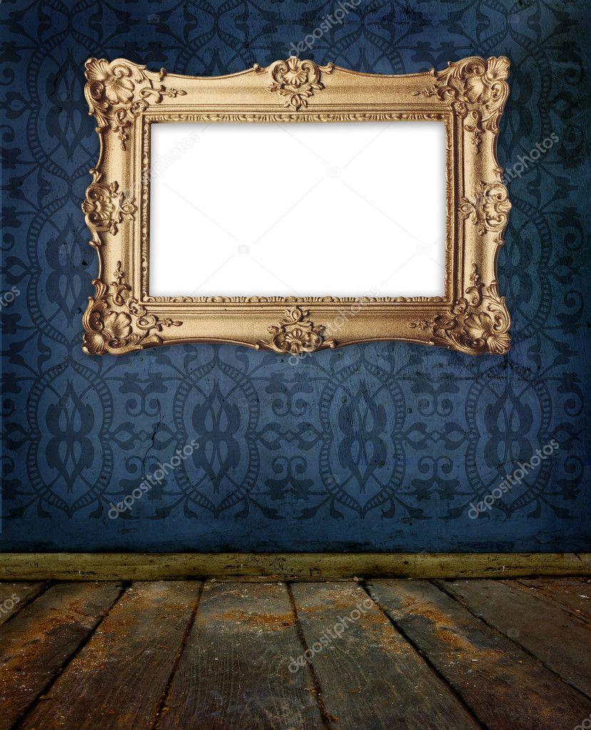 marco de oro colgando en la pared de la vieja galería — Fotos de ...