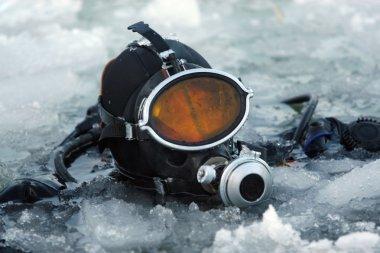 buz arasında dalgıç