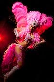 Fotografie kabarett tänzerin auf dunklem hintergrund